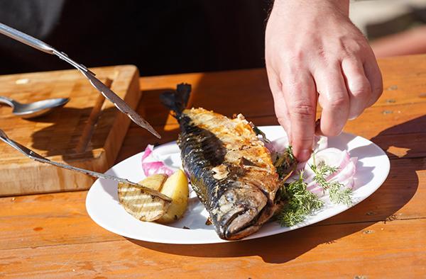 Рецепт «Две скумбрии с подкопчёнными грушами и молодым картофелем» на гриле