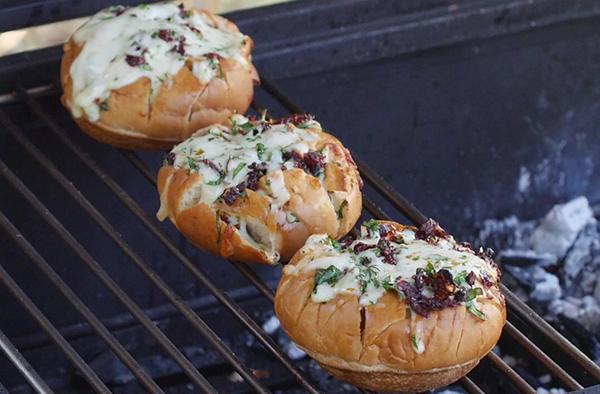 Рецепт «Булочки с моцареллой, зеленью и вялеными томатами»