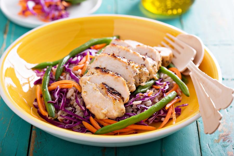 Рецепт «Салат с бурым рисом и курицей гриль»
