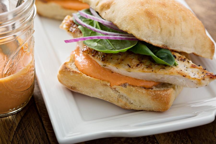 Рецепт «Сэндвич с курицей и сырным соусом»