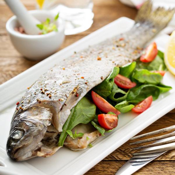 Рецепт Запеченная форель со свежим салатом
