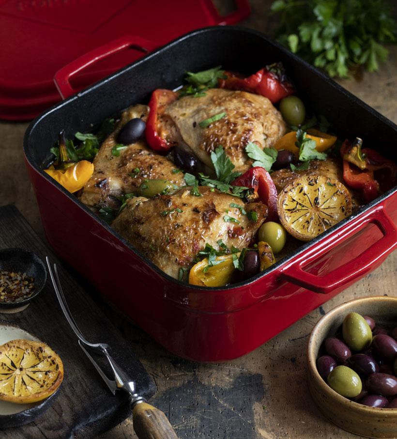 Куриные бедрышки в глазури с болгарскими перцами, оливками и пряными травами.