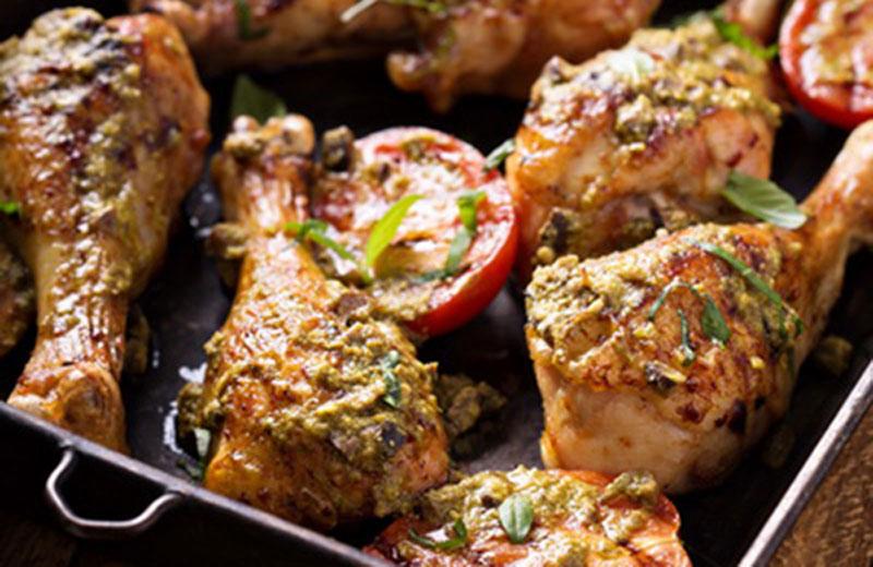 Рецепт «Куриные ножки с песто и помидорами»