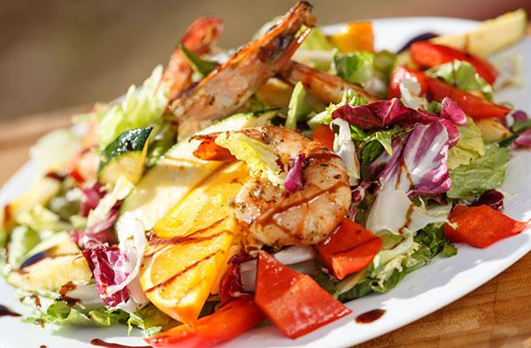Теплый салат с креветками и апельсинами-гриль