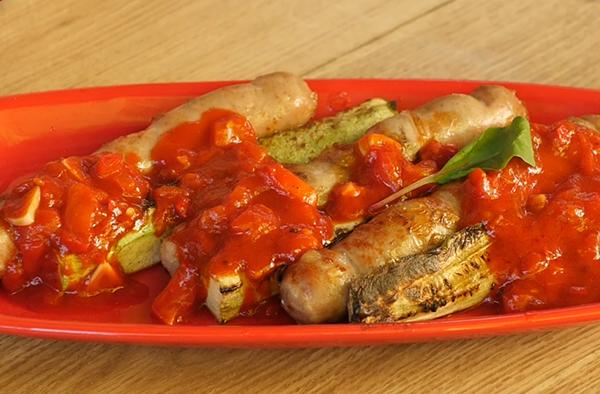 Рецепт сосисок с молодым кабачком в остром томатном соусе