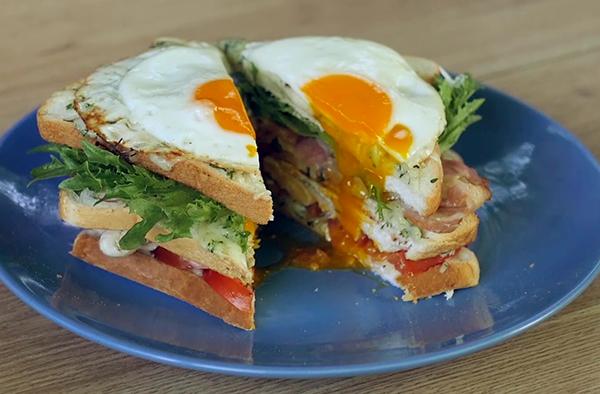 Горячий сэндвич с курицей и яйцом