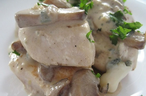 Куриная грудка под сливочно-грибным соусом