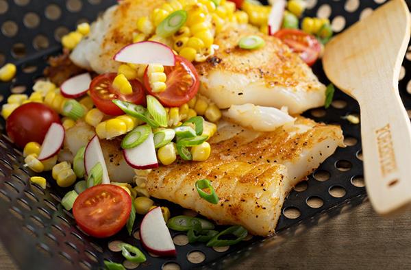 Филе трески с кукурузой и летними овощами