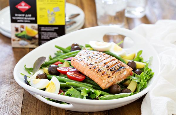 Салат нисуаз с лососем на гриле
