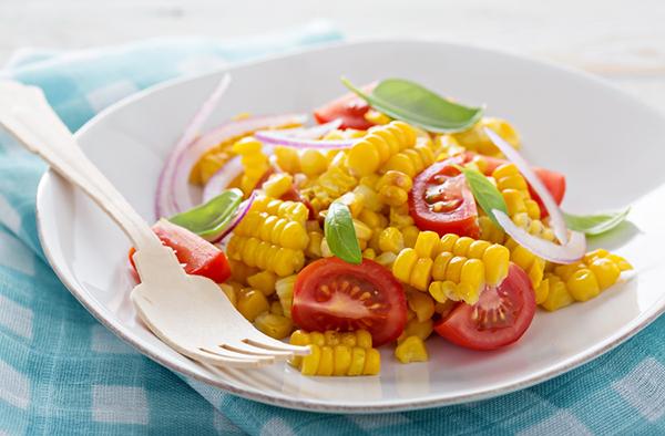 Салат с кукурузой гриль и томатами