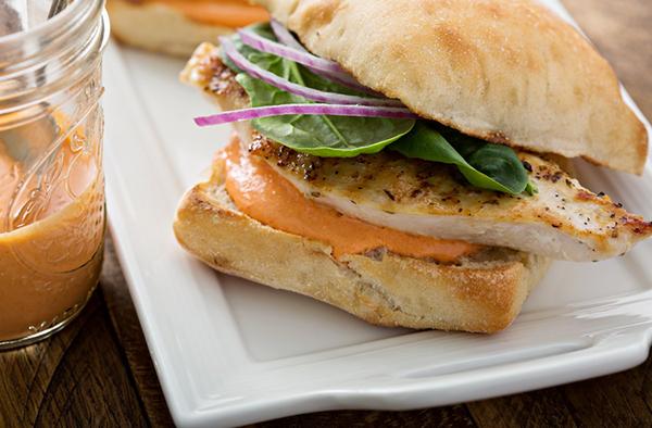 Сэндвич с курицей и сырным соусом