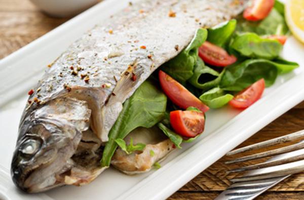 Запеченная форель со свежим салатом